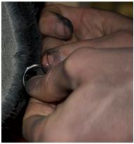 Eheringe werden von Hand poliert