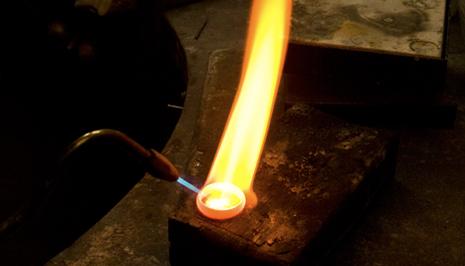 Mit dem Bunsenberenner wird der Ring erhitzt