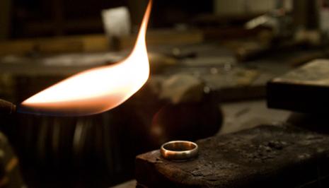 Der Ring liegt auf einer Feuerfesten Unterlage
