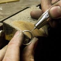 Ein Ehering bekommt extra Diamanten in unserem Workshop