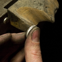 Ein Titanring wird mit Diamanten ausgefasst